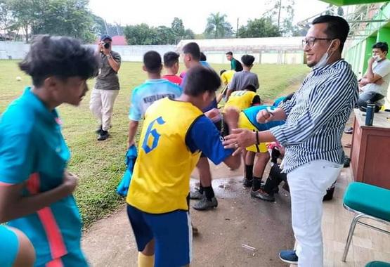 Bupati Eka Putra saat memotivasi pemain PSBS.