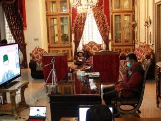 Bupati Epyardi Asda saat mengikuti bimbingan secara virtual.