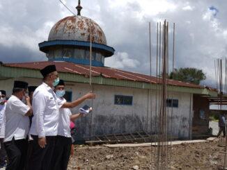 Bupati Epyardi Asda saat mengunjungi Masjid Nurul Hidayah.