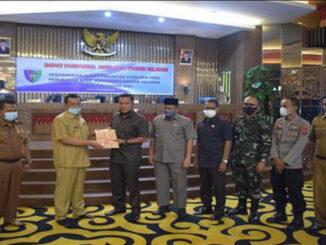 Wakil Ketua DPRD Pessel, Jamalus Yatim menerima dokumen rancangan PPAS perubahan anggaran tahun 2021 dari bupati Pesisir Selatan Rusma Yul Anwar