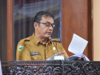 Edisar saat menyampaikan jawaban Pemkab Solok.