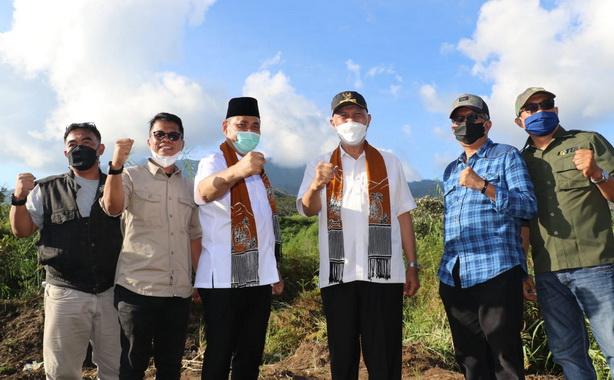 Gubernur Mahyeldi saat mengunjungi Aie Batumbuak.