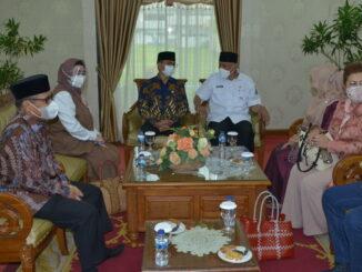 Gubernur Mahyeldi saat menyambut kunjungan Komisi VIII DPR RI.