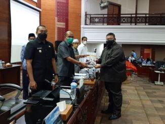 Juru bicara Partai Gerundra Yusuf Abit menyerahkan Pandangan umum fraksinya kepada pimpinan rapat.