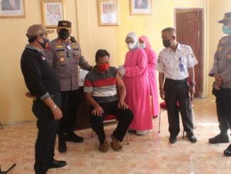 Kapolres Sijunjung AKBP. Muhammad Ikhwan Lazuardi, SH, SIK, MH menyaksikan vaksinasi di Kamang Baru.