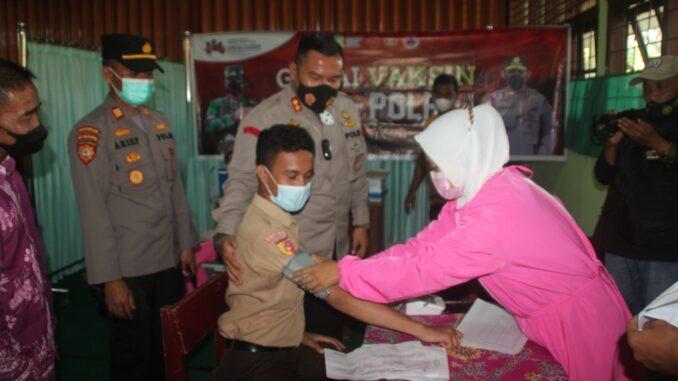 Kapolres Sijunjung AKBP. Muhammad Ikhwan Luzuardi, S.H, S. IK , M.H tengah menyaksikan proses vaksinasi