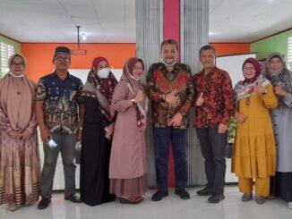 Kepsek SMA 1 Lengayang, Drs Sarudin bersama Zarfi Deson, SH dan para alumni usai rapat disekolah itu.