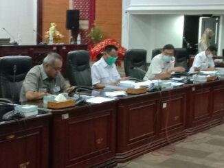 Ketua Bapemperda DPRD Sumbar Hidayat saat memimpin rapat.
