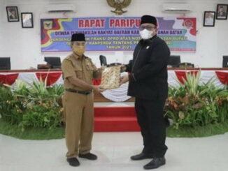 Ketua DPRD Rony Mulyadi Dt Bungsu menyerahkan naskah pandangan umum fraksi-fraksi kepada Plt Sekda Tanah Datar Edi Susanto.