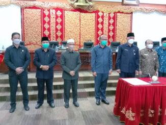 Ketua DPRD Sumbar Supardi foto bersama dengan Gubernur Sumbar Mahyeldi Ansyarullah usai penandatangan nota kesepakatan