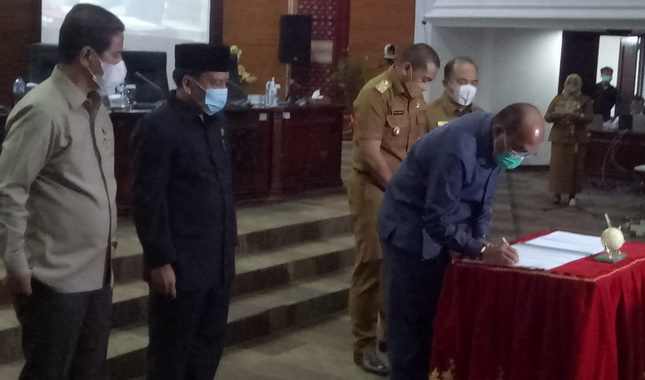 Ketua DPRD Sumbar Supardi saat menandatangani nota kesepakatan KUPA PPAS Perubahan Tahun 2021.