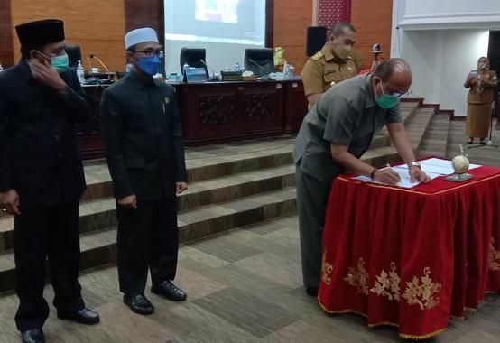 Ketua DPRD Sumbar Supardi saat penanda tanganan nota kesepakatan penetapan dua ranperda