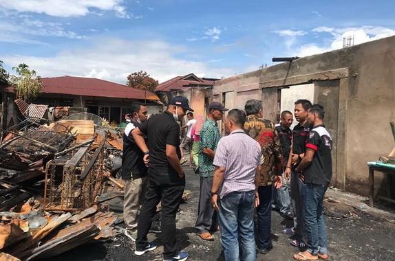 Kunjungan Zarfi Deson ke lokasi kebakaran di Pasar Kambang.