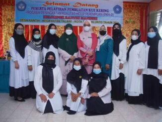 Ny. Harneli Mahyeldi dan Ny. Meivyta Deri Asta di Desa Rantih Kecamatan Talawi.