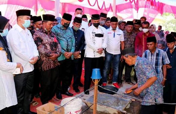 Peletakan Batu pertama Bupati Agam yang diwakili oleh asisten lll Setda Agam. Junaidi.