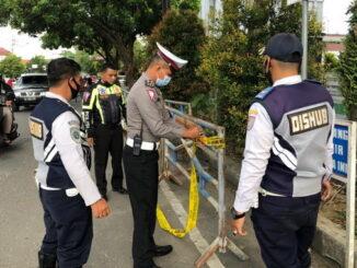 Pemasangan barier pembatas jalan Ade Irma Suryani oleh Dishub Payakumbuh, turut dibantu petugas Lantas Pilres Payakumbuh.