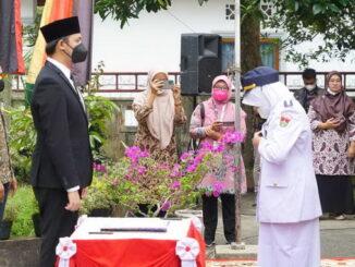Pemasangan tanda jabatan Camat dilakukan sendiri oleh pejabat yang bersangkutan disaksikan Wako.
