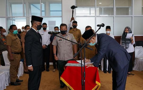 Penandatanganan berita acara pelantikan Pj Sekdakab Solok.