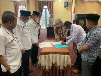 Penandatanganan berita acara sertijab Sekretaris DPRD Kab. Solok.