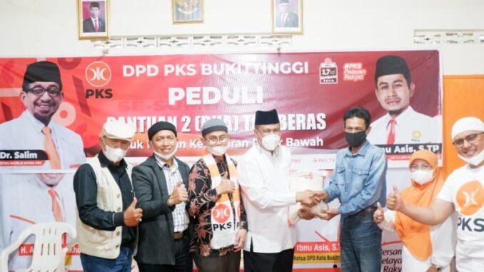 Penyerahan Bantuan Untuk Korban Kebakaran Pasar Bawah Bukittinggi Oleh PKS