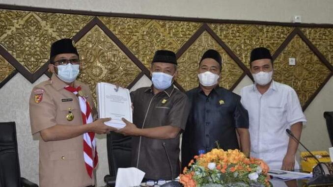 Penyerahan Nota Keuangan RAPBDP Kota Padang Tahun Anggaran 2021.