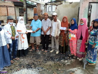 Penyerahan bantuan kepada korban kebakaran di Sulit Air.