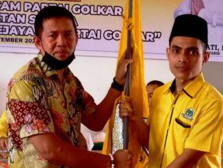 Penyerahan bendera Golkar kepada ketua terpilih.