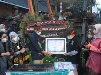 Penyerahan piagam penetapan Kampung Minang Nagari Sumpur Kecamatan Batipuh Selatan sebagai 50 Desa Terbaik .