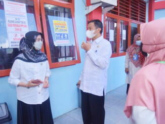 Sekdako Sawahlunto, Dr. dr. Hj. Ambun Kadri, MKM bersama Kadis Pendidikan.