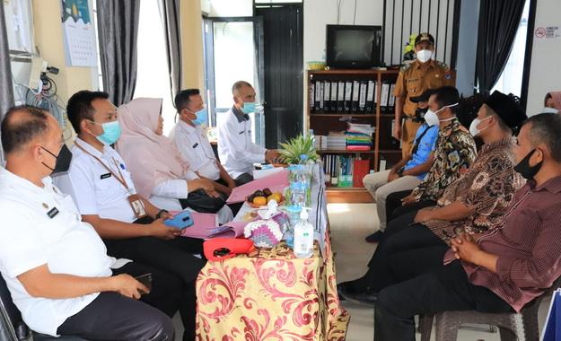 Tim penilai Kelurahan berprestasi Kota Payakumbuh sedang melakukan penilaian.