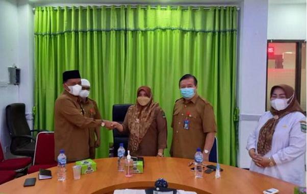 Wabup Padang Pariaman Rahmang menyampaikan selamat kKepada Kepala Puskesmas Pasar Usang