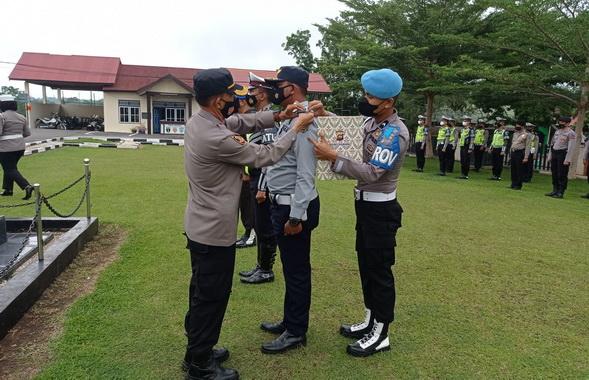 Wakapolres Sijunjung, Kompol Syahrul Chan tengah memasang tanda pada dimulai operasi patuh Singgalang 2021.