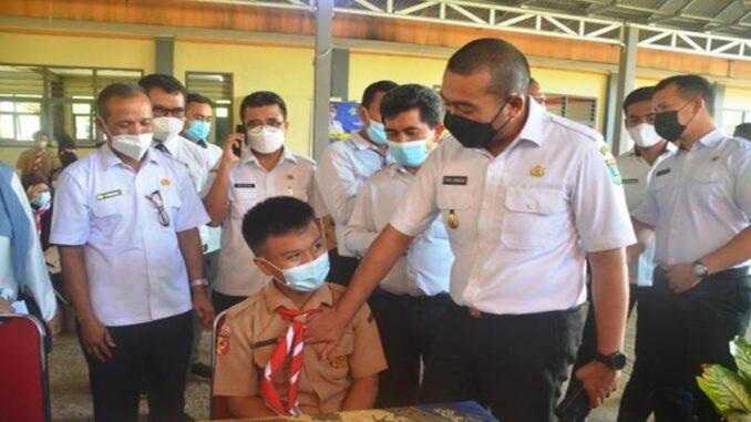 Wakil Gubernur Sumatera Barat Audy Joinaldy memeriksa denyut jantung seoarang siswa yang akan divaksin