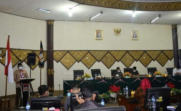 Walikota Padang Hendri Septa saat menyampaikan Kota Keuangan RAPBDP Tahun 2021.