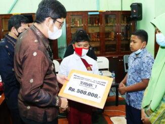 Walikota Sawahlunto menyerahkan reward kepada pengunjung.