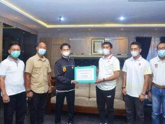 Walikota Sawahlunto saat memberikan reward secara simbolis didampingi oleh Kadisparpora, Kabid Olahraga dan Pengurus KONI Sawahlunto.