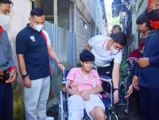Walikota Sawahlunto yang didampingi oleh Kepala Dinsos PMD-PPA saat menyerahkan bantuan.