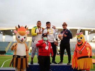 Bupati Padang Pariaman Suhatri Bur berfoto bersama Rafika Putra atlet Sumbar yang berhasil meraih medali emas.