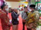Bupati Padang Pariaman Suhatri Bur (kanan) sedang berbincang dengan dua bupati dari daerah lain.