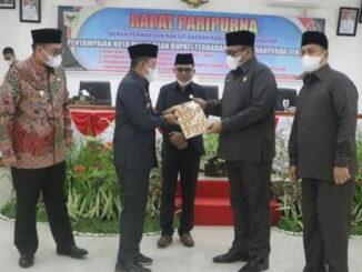 Bupati Eka Putra menyerahkan nota penjelasan tiga Ranperda kepada Ketua DPRD Rony Mulyadi.