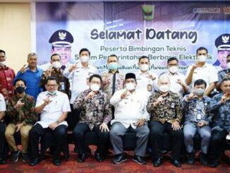 Bupati Padang Pariaman Suhatri Bur bersama panitia dan peserta pelatihan SPBE.