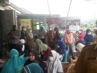 Camat Lubuk Begalung, Heriza Syafani saat meninjau giat vaksinasi di Kelurahan Kampuang Jua Nan XX.