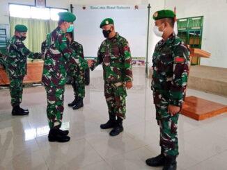 Dandim 0319 Mentawai, Letkol Inf. Febi Adrianto saat menyalami Kopda Josua Damaniksalah satu prajurit yang naik pangkat.