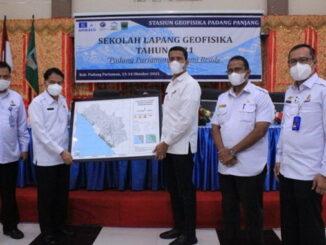 Deputi Inskalrekkarkom BMKG RI Dr. Suko Prayitno Adi, M.Si dan Sekdakab Padang Pariaman Rudy Repenaldi Rilis memamerkan peta rawan Tsunami Padang Pariaman.