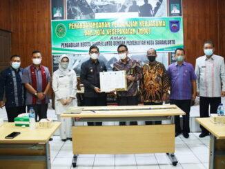 Foto bersama usai penandatanganan MoU Pengadilan Negeri dan Pemko Sawahlunto.