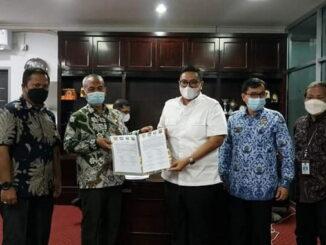 Foto bersama usai penandatanganan berita acara kesepakatan batas daerah.