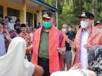 Gubernur Mahyeldi dan Wabub Sabar AS saat mengunjungi Simamonen.