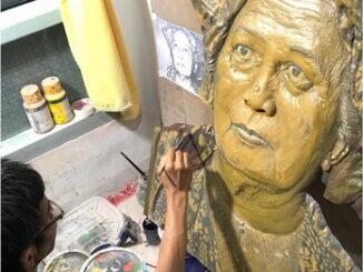 Hendra Sardi saat proses melukis sosok pahlawan wanita asal Sumatera Barat, Siti Rohana Koedoes (1884-1972) di kediamannya, Kamang Hilir, Magek, Agam.