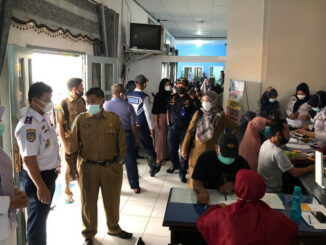 Kadishub dan Kadinkes memantau langsung kegiatan vaksinasi covid-19 di kantor Dishub. Payakumbuh.