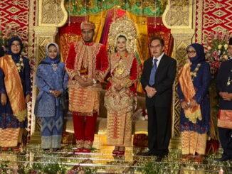 Kedua pengantin bersama mantan Kajati Sumbar dn Ketua KPK Antasari Azhar.
